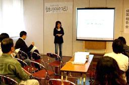 現地での活動を報告する諏訪惠子看護師=4月28日、カトリック北仙台教会で(写真:JOCS提供)