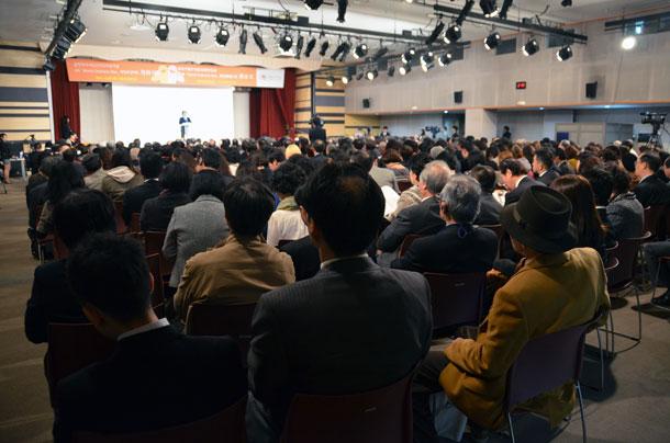 日韓両国から開会式に集まった参加者たち=29日、韓国ソウルのソウル女性プラザで