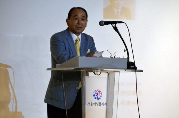 開会式であいさつする尹基氏=29日、韓国ソウル市のソウル女性プラザで