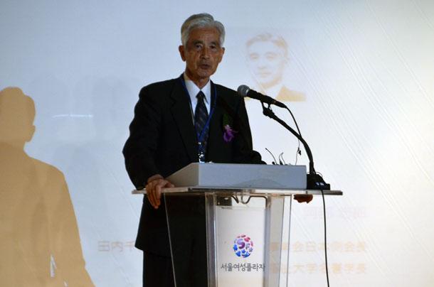 開会式であいさつする阿部志郎氏=29日、韓国ソウル市のソウル女性プラザで
