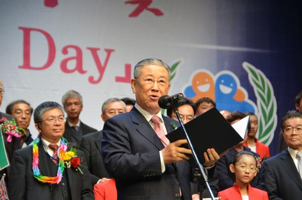 「世界孤児の日」制定請願決議文を朗読する柳在乾(ユ・ジュゴン)韓国ユネスコ協会連盟会長=10月31日、木浦市民文化体育センターで