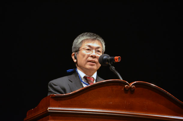 祝辞を述べる岡崎誠也高知市長=10月31日、木浦市民文化体育センターで