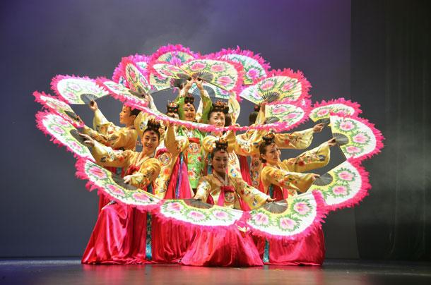 祝賀公演で韓国の伝統舞踊を披露する全羅南道立国楽団=10月31日、木浦市民文化体育センターで