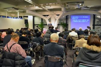 教派を超えてともに祈る参加者たち=11日、東京都新宿区の淀橋教会で