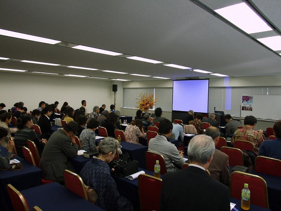 特別セミナー前に祈りを捧げる参加者らの様子。2012年11月10日、東京都千代田区で。
