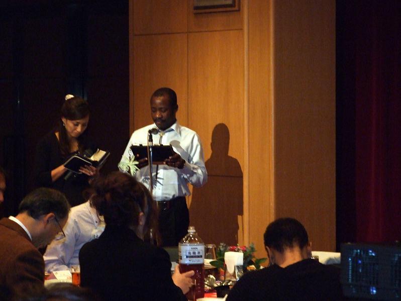 教職・信徒らの質問に応じるジョセファット・ガジマ氏。2012年11月13日、東京都調布市で。