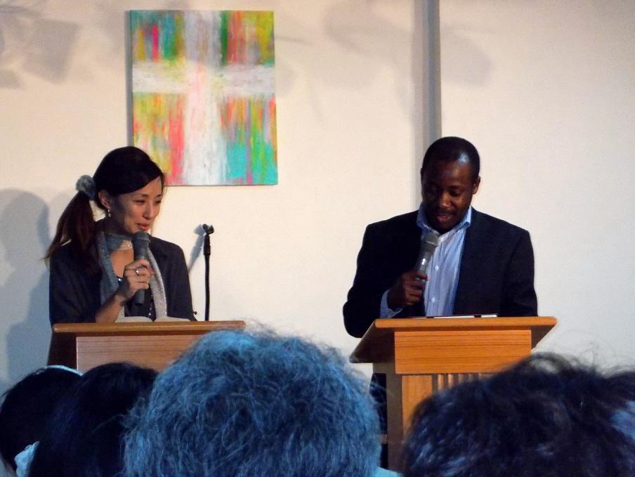 主日礼拝を捧げるジョセファット・ガジマ氏(右)と通訳のローゼンクランツ・直美氏(左)。2012年11月18日