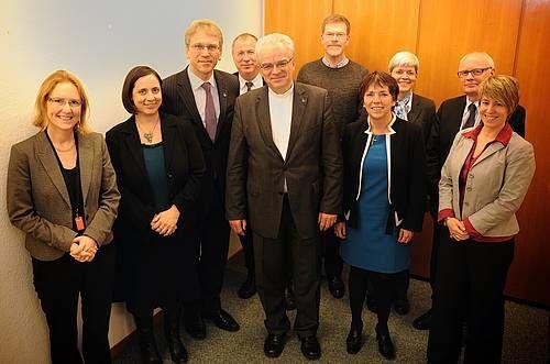 ドイツ福音主義教会連盟(EKD)代表団らと世界教会協議会(WCC)総幹事=エキュメニカルセンター(スイス)で(写真:WCC)