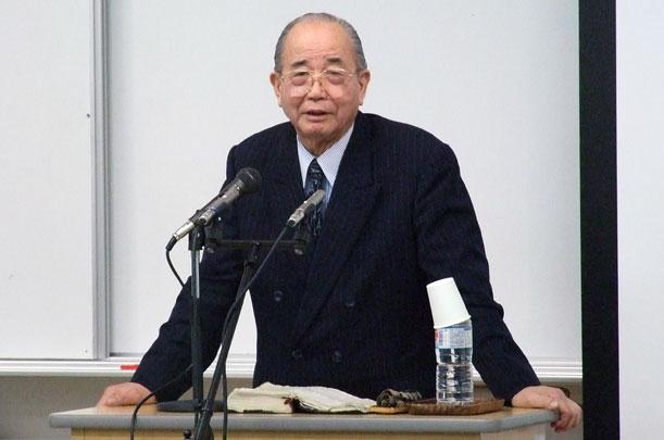 第51回OEF新年聖会で講演する世界宣教センター所長の奥山実氏=11日、沖縄キリスト教学院大学で