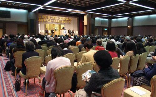 大会1日目夜の聖会に集う教職信徒ら=19日、箱根ホテル小涌園で