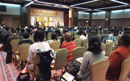 大会2日目のバイブル・リーディングに集う教職信徒ら=20日、箱根ホテル小涌園で