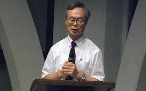 講演する稲垣博史氏=11日、東京都新宿区の淀橋教会で
