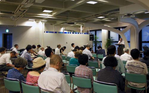 被災地復興を祈る参加者たち=11日、東京都新宿区の淀橋教会で