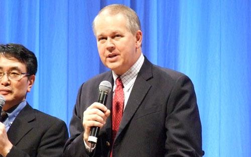 講演するビリー・ウィルソン氏=12日、国立京都国際会館で