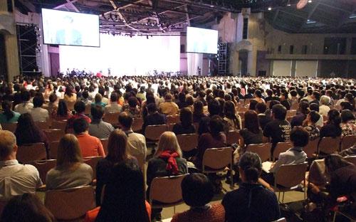 説教に耳を傾ける参加者たち=13日、国立京都国際会館で<br />