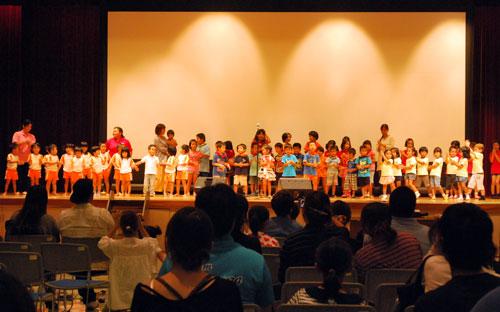 16日の宮古島市での親子大会でステージに上がる子どもたち(写真提供:日本国際飢餓対策機構)