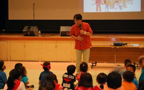 子どもたちを前に講演する日本国際飢餓対策機構・啓発総主事の田村治郎氏(写真提供:日本国際飢餓対策機構)