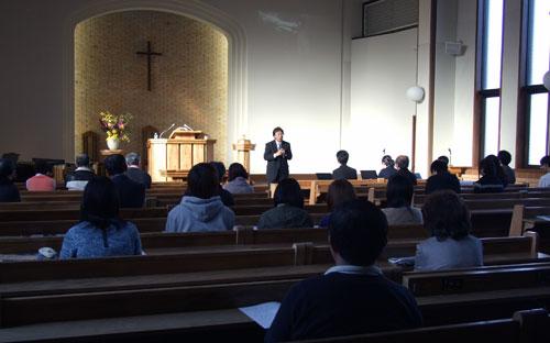 講演に耳を傾ける市民ら=9日、宮城県仙台市の仙台青葉荘教会で