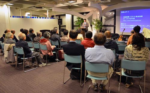 講演に耳を傾ける参加者たち=11日、東京都新宿区の淀橋教会で