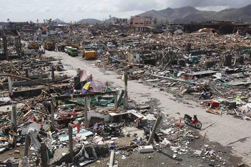 竜巻のような強風に加え、建物の高さを越えるほどの高潮に襲われたレイテ州の州都タクロバン(写真提供:日本国際飢餓対策機構)