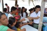 日本国際飢餓対策機構のスタッフから水や米などの食料品を受け取る住民たち(写真提供:日本国際飢餓対策機構)