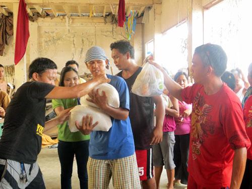 支援物資を受け取るサマール島の住民たち(写真提供:日本国際飢餓対策機構)
