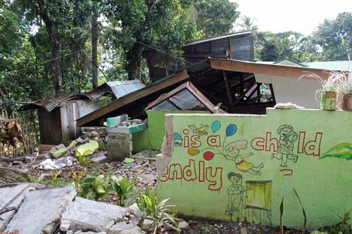 ボホール島のアンティキラという町で地震により倒壊した校舎(写真提供:日本国際飢餓対策機構)