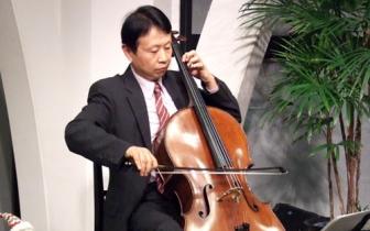 演奏するチェロ奏者の黄原亮司氏=11日、東京都新宿区の淀橋教会で