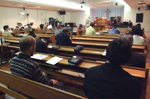 断食祈祷聖会2013で断食して祈る参加者たち=1月15日、東京都新宿区の東京中央教会で