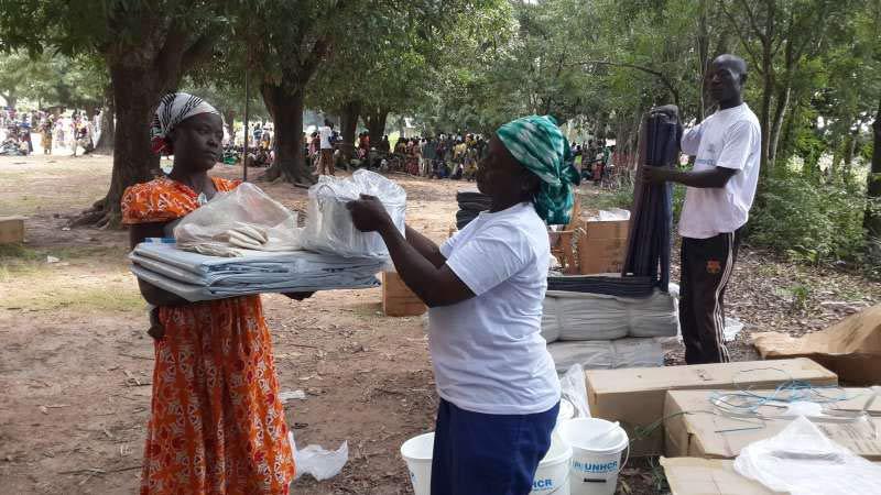 中央アフリカ共和国のウガンガで国連難民高等弁務官事務所(UNHCR)から支援品を受け取る避難民の女性(写真:UNHCR/P. Djerassem)
