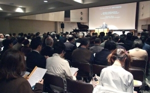 第2回東日本大震災国際神学シンポジウムで講演に耳を傾ける参加者たち=3月27日、東京都千代田区のお茶の水クリスチャン・センターで