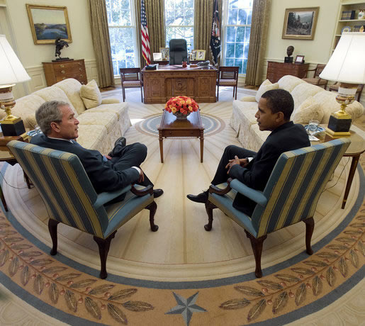 ブッシュ前米大統領(左)とオバマ米大統領(右)。ブッシュ前大統領は8年間の大統領在任期間中120回礼拝に出席しているが、オバマ大統領はこれまでの在任期間約5年の間で18回しか礼拝に訪れていないという。