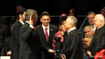 米共和党行政官、iPadの聖書アプリで宣誓