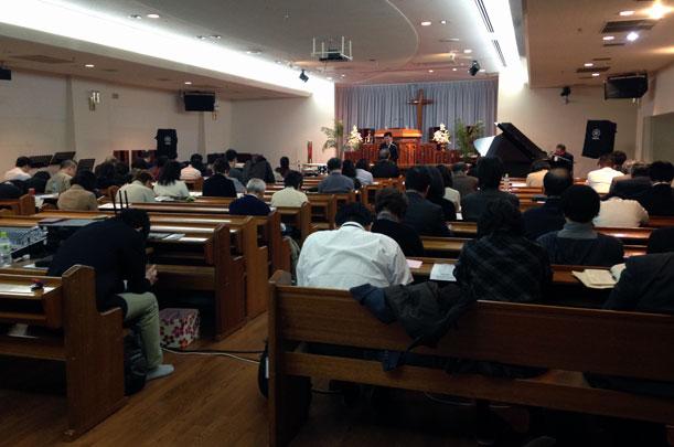 中川氏の講演を受け、日本宣教のために祈り込む参加者たち=14日、東京都新宿区の東京中央教会で
