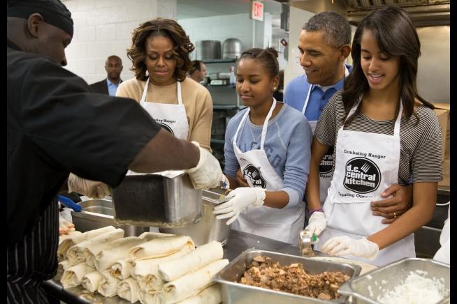 エプロン姿で家族と共に奉仕活動をするオバマ米大統領=20日、米ワシントンD.C.のDCセントラルキッチンで(写真:米ホワイトハウス / Pete Souza)