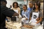 オバマ米大統領、キング牧師の祝日にエプロン姿で奉仕