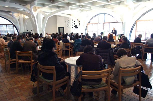 講演に耳を傾ける参加者たち=26日、東京都新宿区の淀橋教会で