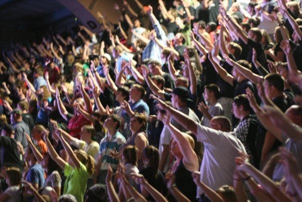 アクアイヤ・ザ・ファイアーのイベントに参加する若者たち=2009年(写真:アクアイヤ・ザ・ファイアーのフェイスブックページより)