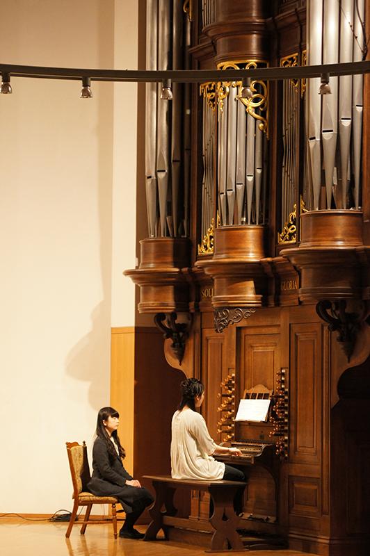 卒業記念コンサートでオルガンを演奏する卒業生=14日、東京基督教大学チャペルで(写真:同大学提供)
