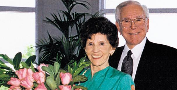 クリスタル・カテドラル(教会)を夫ロバート・H・シュラー牧師と共に創設したアルベラ夫人の葬儀が、18日午後遅くに執り行われた。テレビ伝道番組『アワー・オブ・パワー』の陰の立役者として知られていたアルベラ夫人は、84歳で他界した。(写真:アワー・オブ・パワー)