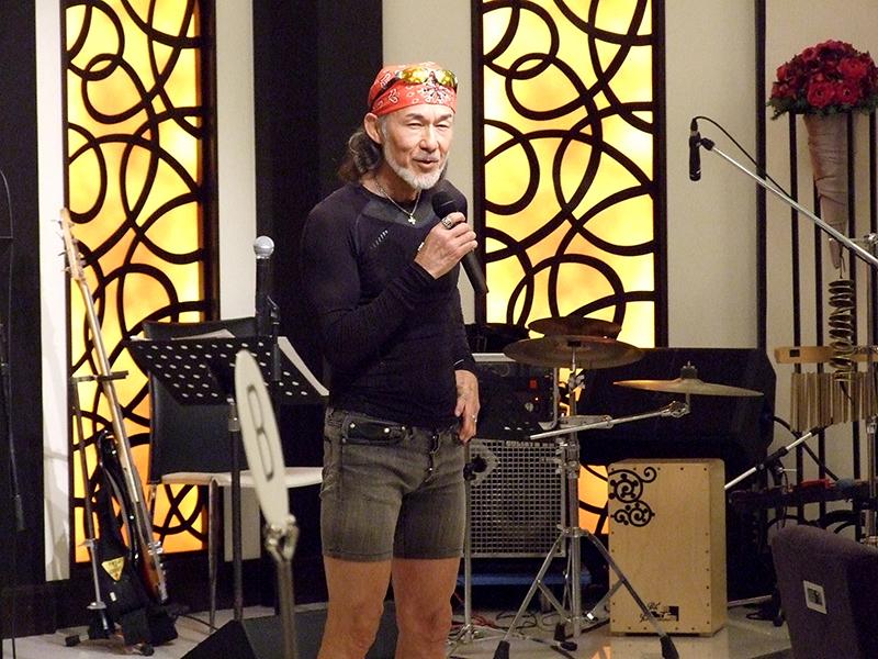来月にハワイからスタートしアメリカ横断十字架行進を行うアーサー・ホーランド牧師の壮行会が行われ、全国各地から支援者が集まり、アーサー牧師にエールを応援の送った。アーサー牧師は「一番俺が楽しんでいます。何を感じるか、どういう出会いがあるか」と自身初となるアメリカ横断に期待を示した=23日、東京都豊島区で