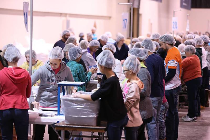 200万食を準備するノースリッジ教会のボランティアたち(写真:ノースリッジ教会のフェイスブックページより)