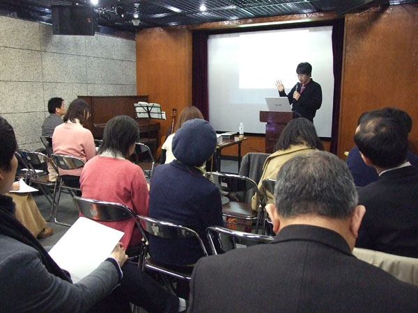 講演に耳を傾ける参加者たち=24日、東京都千代田区のお茶の水クリスチャンセンターで
