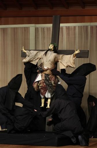 キリスト教の能と文楽が共演(3):上村敏文ルーテル学院大学准教授「十字架が能楽堂にかかったのは歴史的なこと」