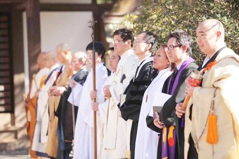 右から、臨済宗の僧侶、大船教会牧師、カトリック藤沢教会の米山リディアさん、鎌倉恩寵教会牧師、カトリック雪ノ下教会神父 =11日、鶴岡八幡宮で(写真:鎌倉宗教者会議提供)