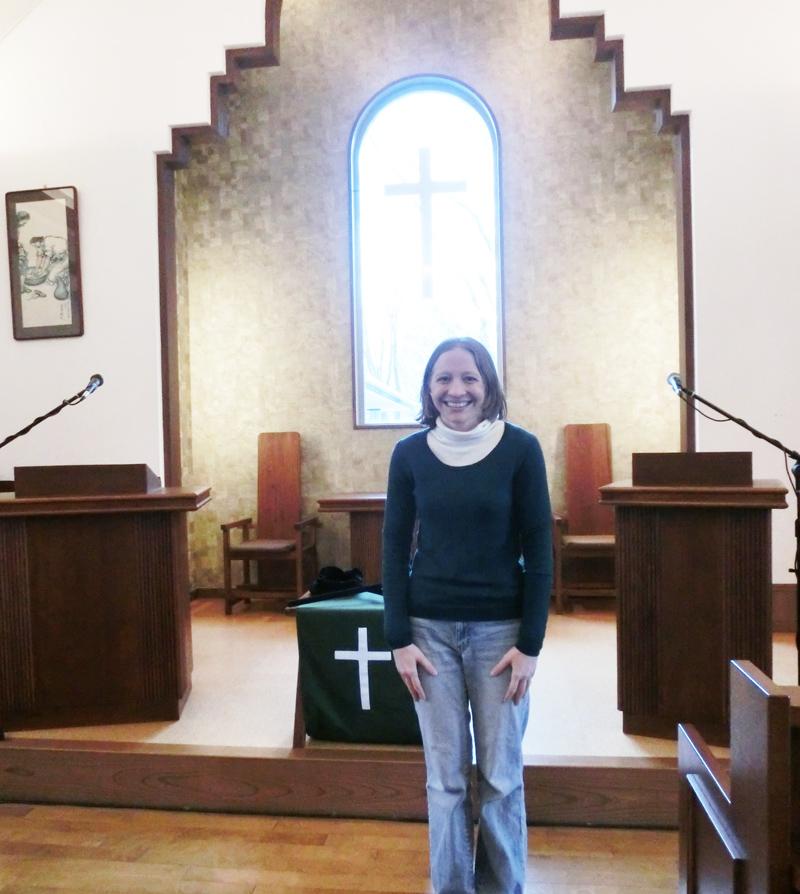 「震災で多くを失いました。でもイエスさまはより多くのものを与えてくださいました」と話すテリーサさん=大船渡教会(日本基督教団)で