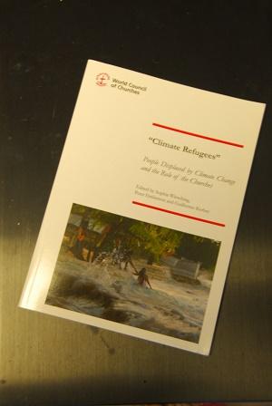 WCCが2013年に発行した小冊子「『気候難民』 気候変動によって移住を余儀なくされた人々と教会の役割」。グイレルモ・ケルバー博士らが編集したもの。その表紙にある写真は、高潮に襲われる南太平洋のキリバス共和国の沿岸。