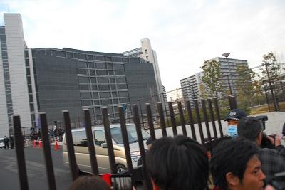 袴田巖さんを乗せて東京拘置所を出る車=27日午後5時22分ごろ(写真:行本尚史撮影)