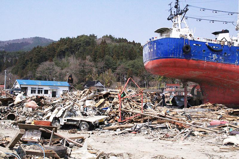 3・11被災直後の鹿折地区。大きな船が津波で路上に乗り上げていた。