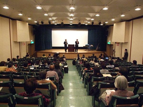 レイモンド・ムーイ氏の講演に耳を傾ける参加者たち=24日、東京・虎ノ門の発明会館ホールで